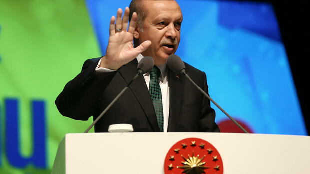 "Turkey's President Recep Tayyip Erdogan addresses his supporters in Istanbul, Sunday, May 8, 2016. Erdogan has kept up his rebuke of European nations, accusing them of ""dictatorship"" and ""cruelty"" for keeping their frontiers closed to migrants and refugees fleeing the Syrian conflict. Addressing an audience attending a short film competition titled ""Mercy and Justice"" in Istanbul Sunday, Erdogan said European nations had ""no mercy and no justice."" (Yasin Bulbul/Pool via AP) Quelle: AP"