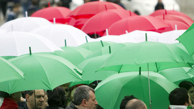 "People hold umbrellas in the colors of the Italian flag during celebrations for the 150th anniversary of the Italian unity, in Rome, Thursday, March 17, 2011. Italy marks its 150th birthday Thursday with pomp-filled ceremony and cultural events meant to highlight Italian unity and identity. Top leaders paid homage at the tomb of Italy's first king and will attend a performance of Verdi's ""Nabucco,"" which helped inspire the successful drive for unity in 1861. (Foto:Andrew Medichini/AP/dapd) Quelle: dapd"