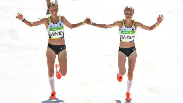epa05483536 Lisa Hahner (L) and her sister Anna of Germany run towards the finish line in the women's Marathon race of the Rio 2016 Olympic Games Athletics, Track and Field events at the Olympic Stadium in Rio de Janeiro, Brazil, 14 August 2016. EPA/BERND THISSEN +++(c) dpa - Bildfunk+++ Quelle: dpa