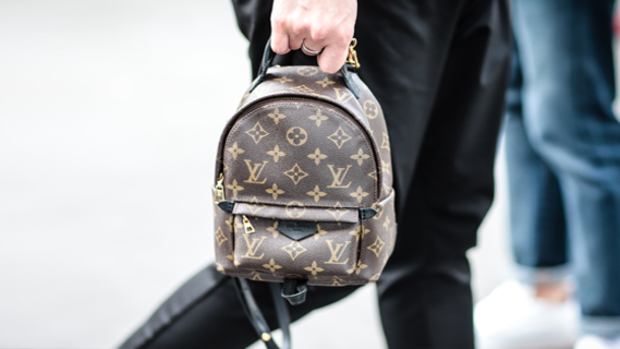 Ein Mini-Rucksack von Louis Vuitton auf der Pariser Fashion Week Quelle: Getty Images