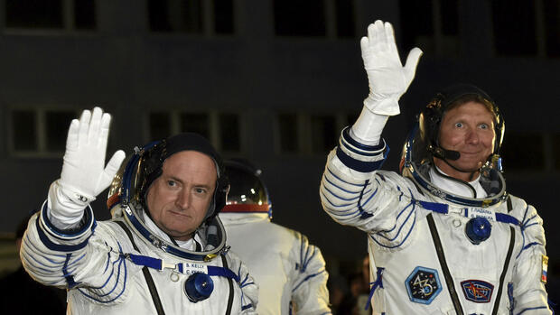 US-Astronaut Scott Kelly (links) und der russische Kosmonaut Gennady Padalka kurz vor ihrem Start zur Internationalen Raumstation ISS. Quelle: AP