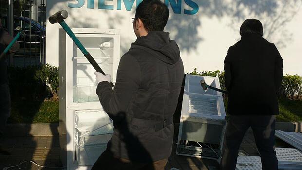 Siemens Kühlschrank Hört Nicht Auf Zu Piepen : China: blogger zertrümmert siemens kühlschrank