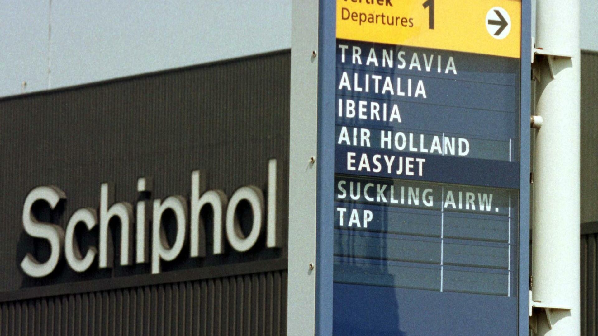 Sign shows direction to the departure of Alitalia and Iberia flights at Amsterdam Schiphol airport Quelle: REUTERS