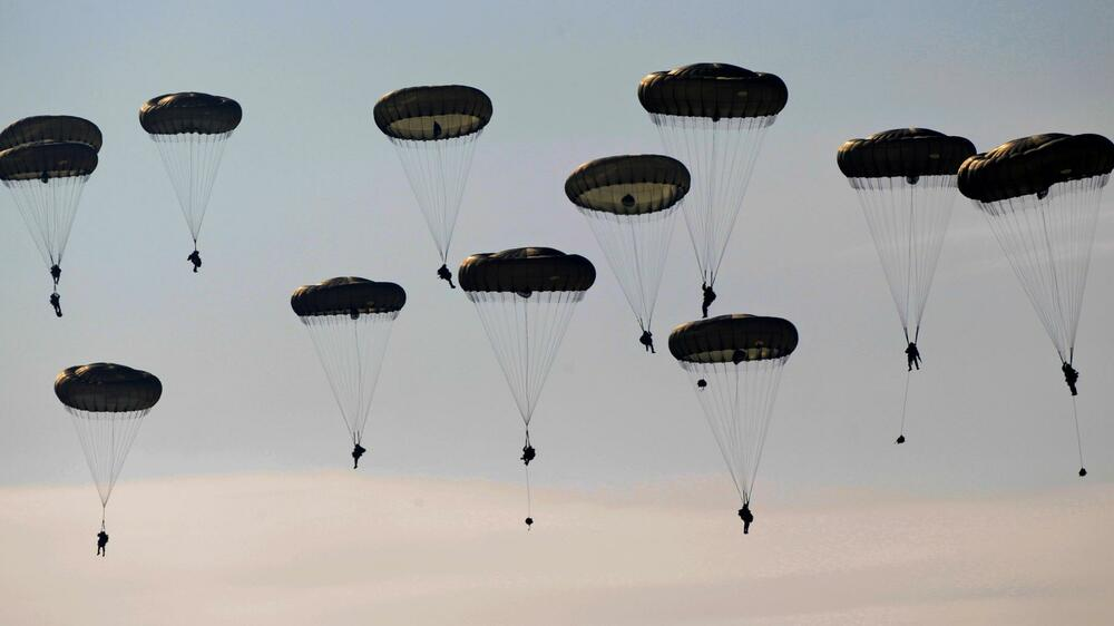 Soldiers from 16 Air Assault Brigade parachute to the ground during Exercise Quelle: REUTERS