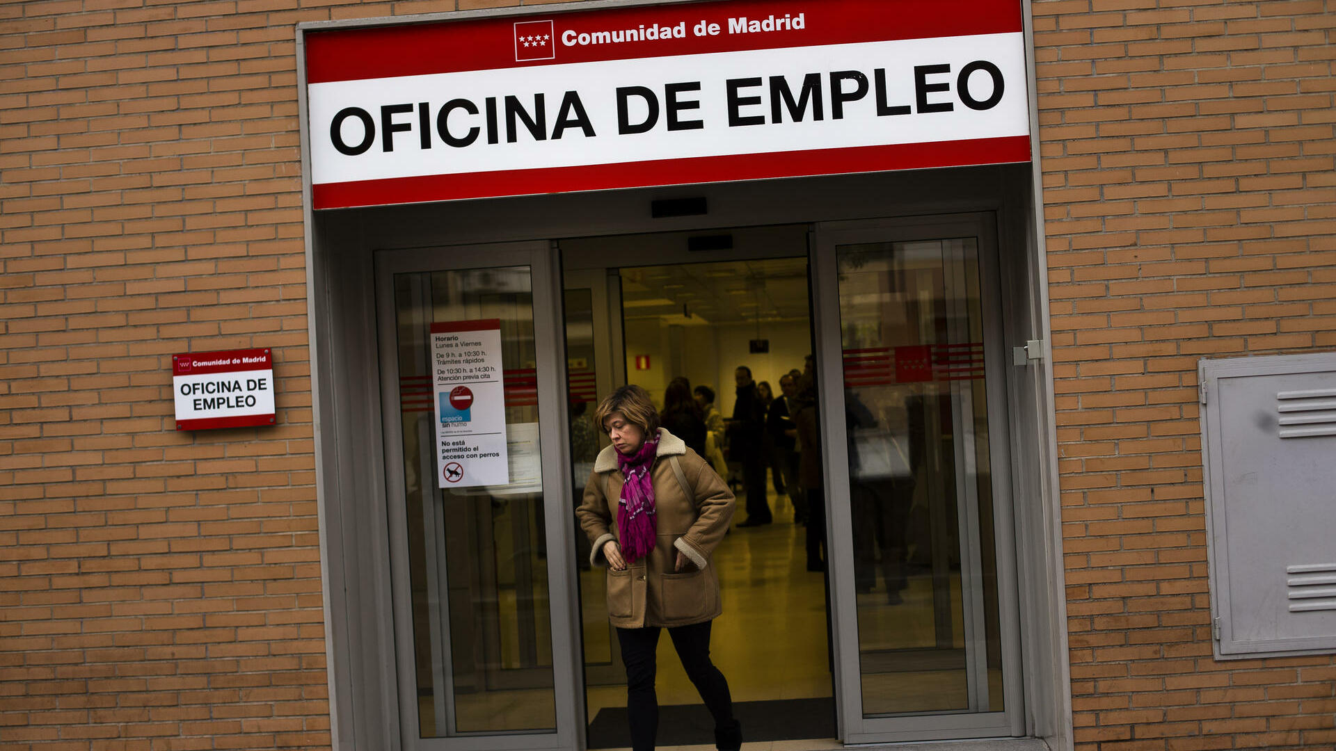 A woman leaves a government job center in Madrid Quelle: dapd