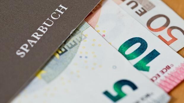Die Zahl der Kreditinstitute, die Sparern Negativzinsen aufbrummen, hat sich einer Studie zufolge innerhalb eines halben Jahres fast verdoppelt. Quelle: dpa