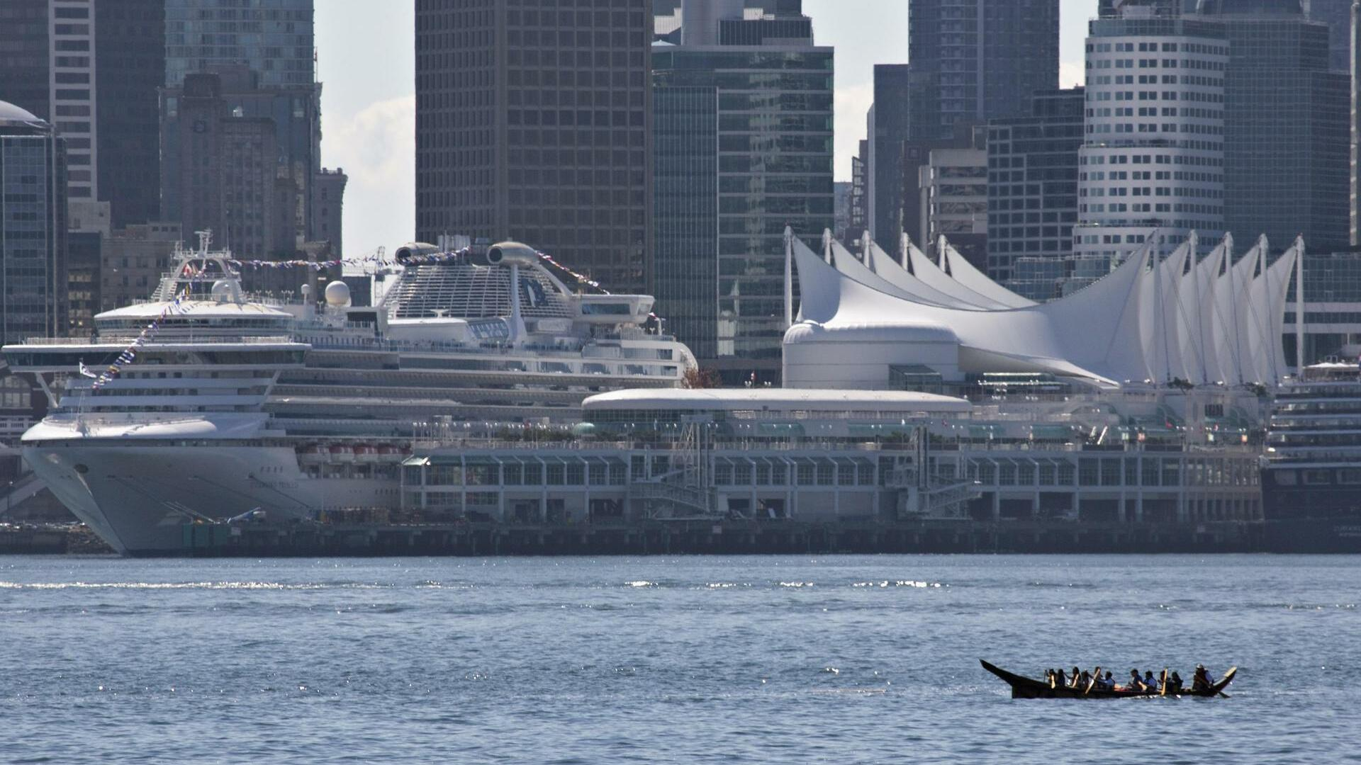 A Squamish first nation canoe paddles down the Burrard Inlet during a protest in Vancouver Quelle: REUTERS