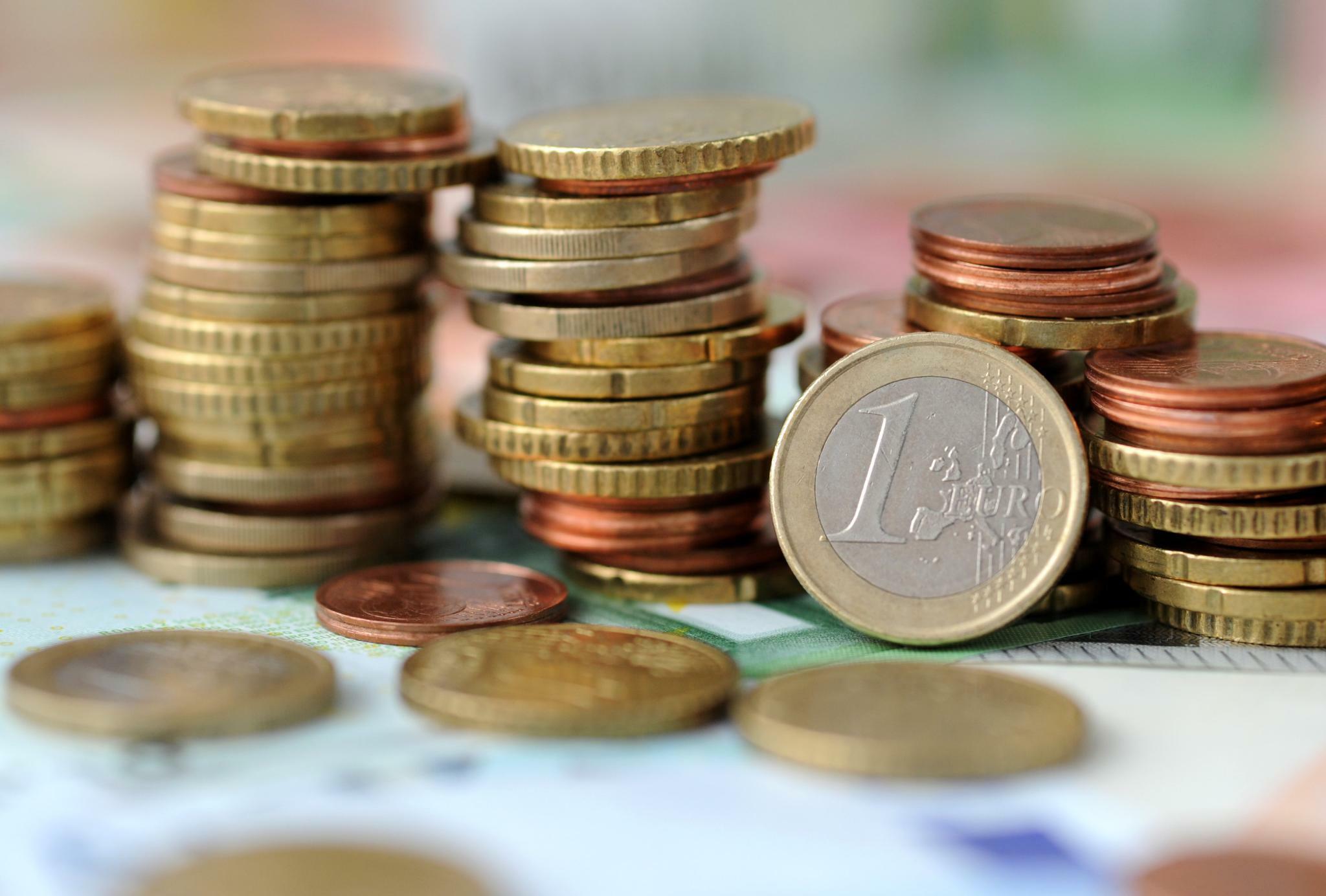 Geldanlage: Deutsche sparen mit Macht gegen die Zins-Dürre an