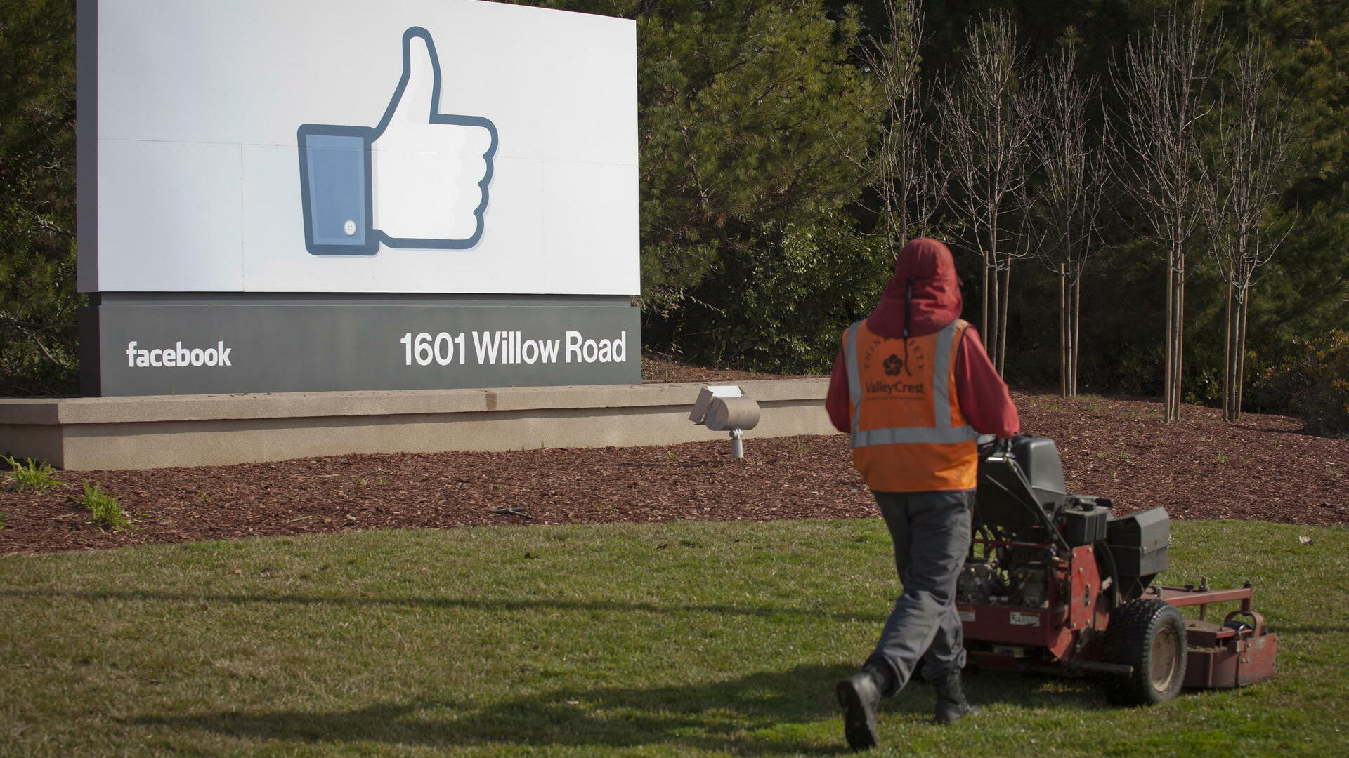 a grounds keeper mowing the lawn in front of Facebook's new Corporate Headquarters in Menlo Park Quelle: dpa