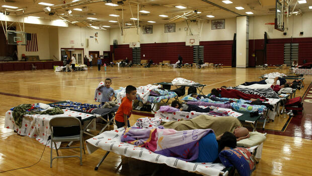 A few dozen people take refuge from Hurricane Sandy at a Red Cross shelter Quelle: dapd
