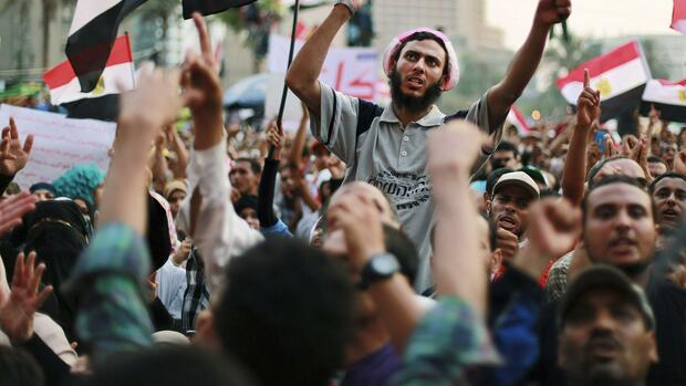 Supporters of Muslim Brotherhood shout slogans during a sit-in protest Quelle: REUTERS