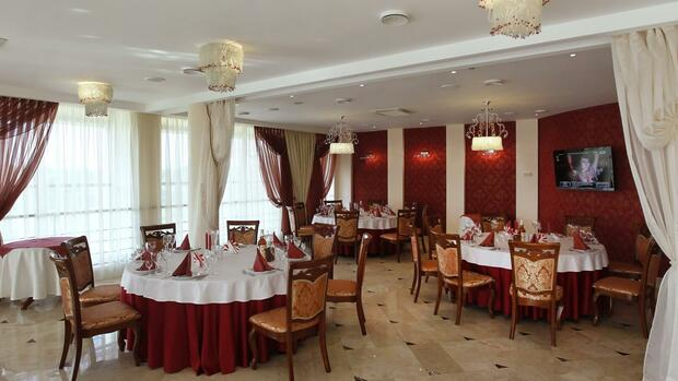 General view of the dining room in the Platium Hotel where the National team of Sweden will stay during the Euro 2012 in Kozyn village Quelle: dpa