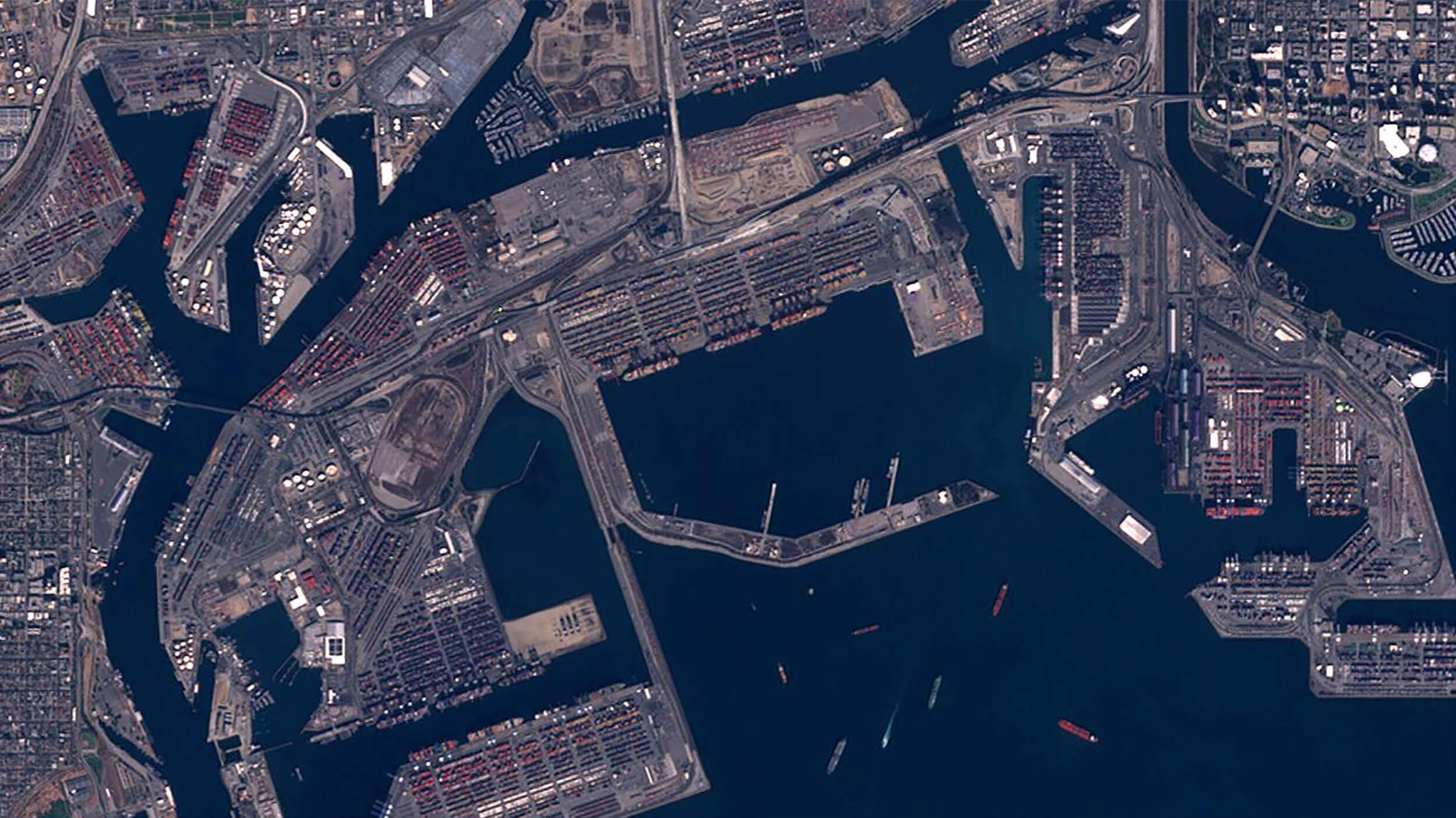 In Los Angeles stauen sich an der Kaikante die Container und in der Bucht die Schiffe.