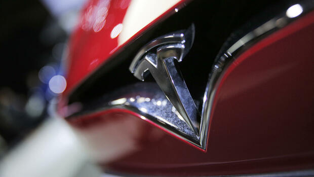 FILE - This Friday, Sept. 30, 2016, file photo shows the logo of the Tesla Model S on display at the Paris Auto Show in Paris. Tesla Inc. reports earnings Wednesday, Nov. 1, 2017. (AP Photo/Christophe Ena, File) Quelle: AP