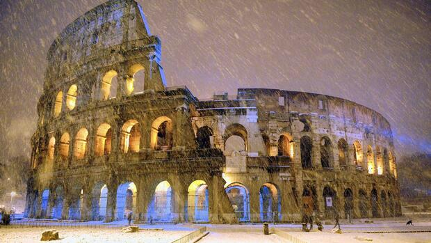 The ancient Colosseum is seen during an heavy snowfalls Quelle: Reuters