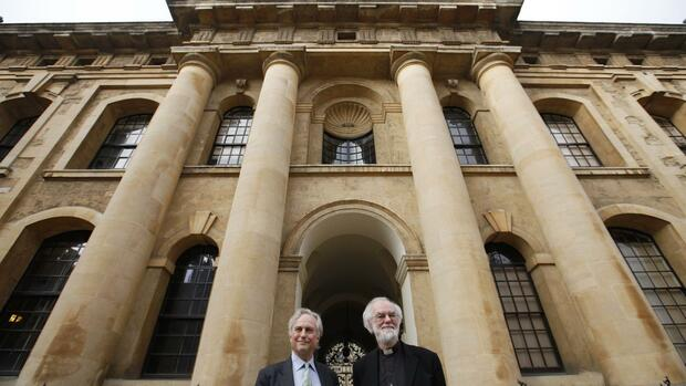 The Archbishop of Cantebury Rowan Williams (R) and atheist scholar Richard Dawkins pose for a photograph outside Clarendon House at Oxford University Quelle: REUTERS