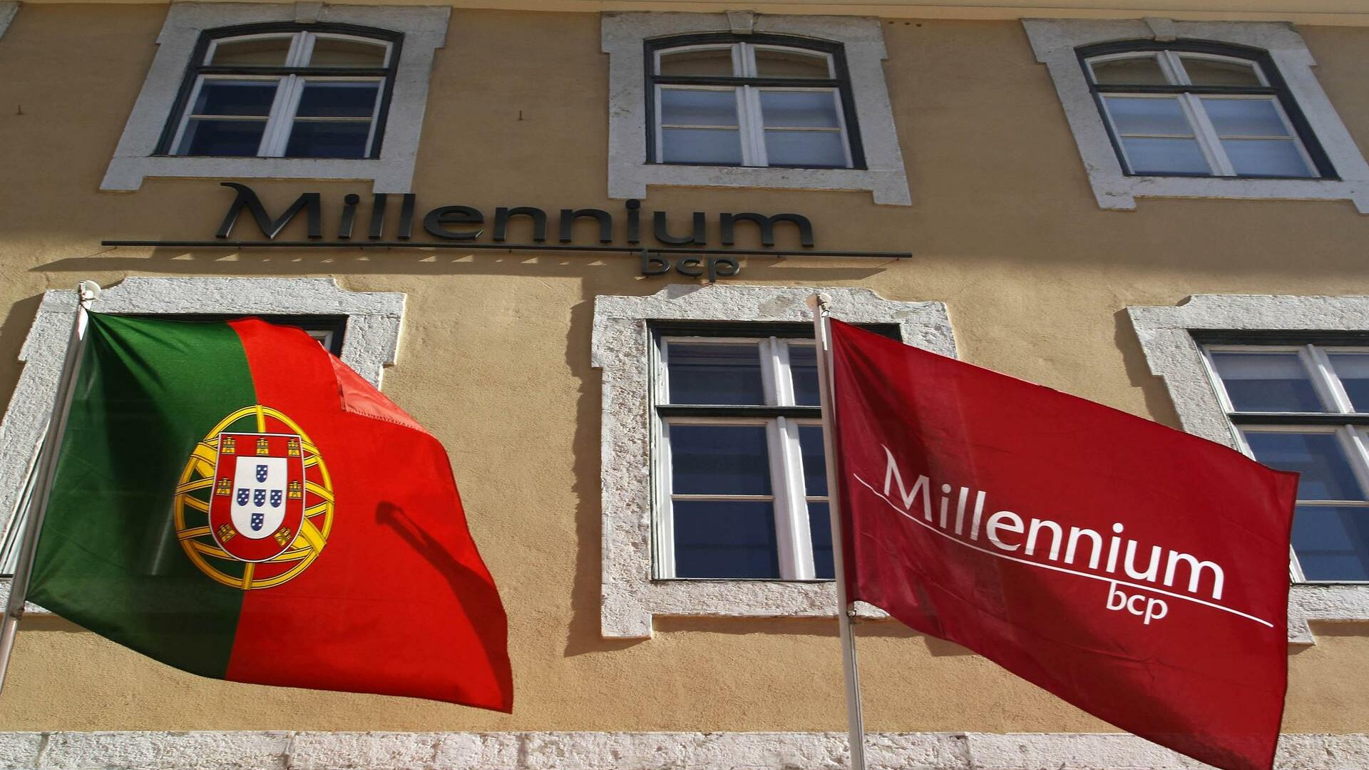 The Millennium BCP flag and the Portugal's flag are seen at the bank headquarters in Lisbon Quelle: REUTERS