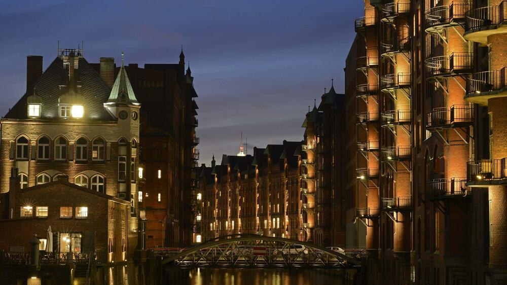 "The ""Water Castle"" (L) is pictured in the famous old warehouse district of Speicherstadt in Hamburg, Quelle: REUTERS"