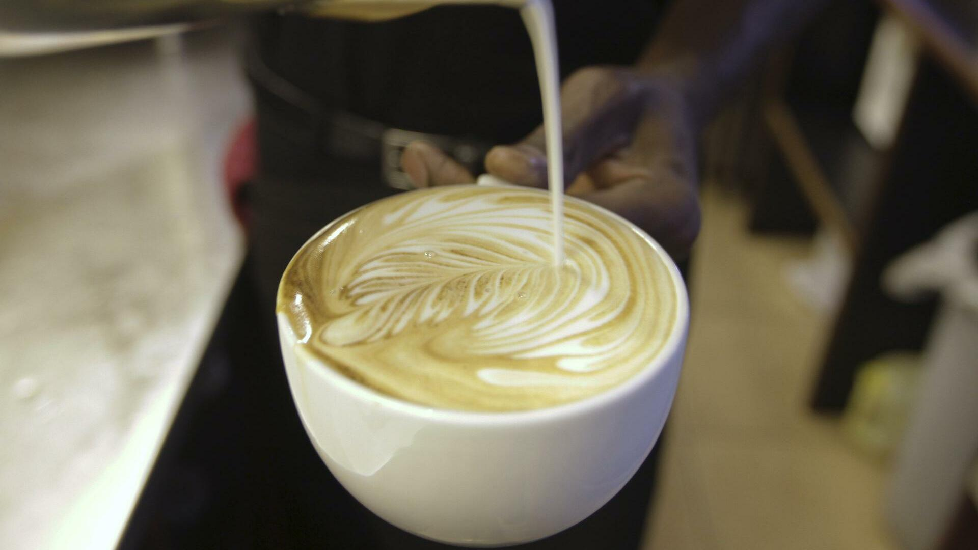A cappuccino is prepared at a Nairobi Java House outlet in Nairobi Quelle: REUTERS