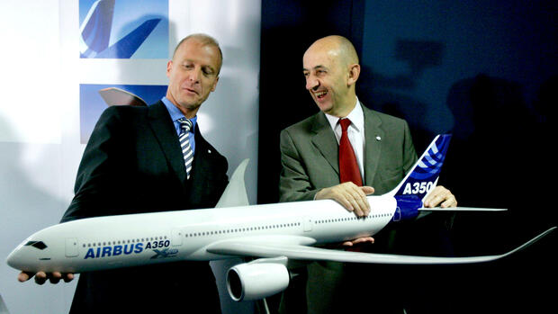 Die EADS Co-Chefs Tom Enders, links, und Louis Gallois posieren mit einem Model eines Airbus A350 Quelle: AP