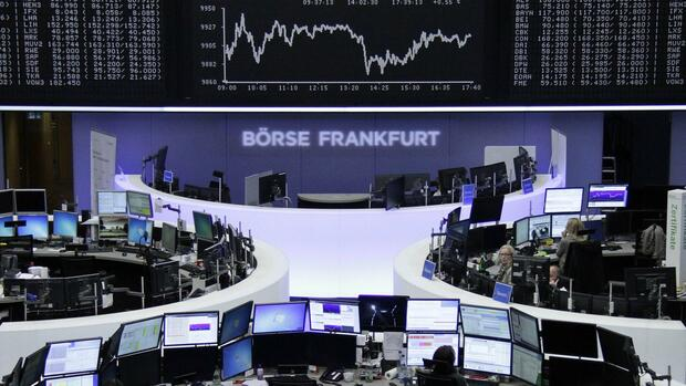 huGO-BildID: 40462980 Traders are pictured at their desks in front of the German share price index DAX board at the Frankfurt stock exchange November 26, 2014. REUTERS/Remote/Stringer (GERMANY - Tags: BUSINESS) Quelle: REUTERS
