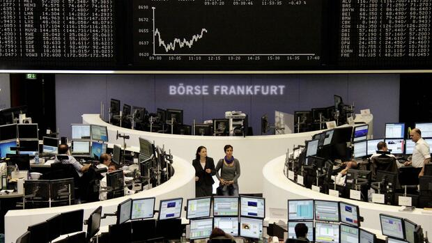 huGO-BildID: 33184662 Traders are pictured at their desks in front of the DAX board at the Frankfurt stock exchange October 2, 2013. REUTERS/Remote/Stringer (GERMANY - Tags: BUSINESS) Quelle: REUTERS