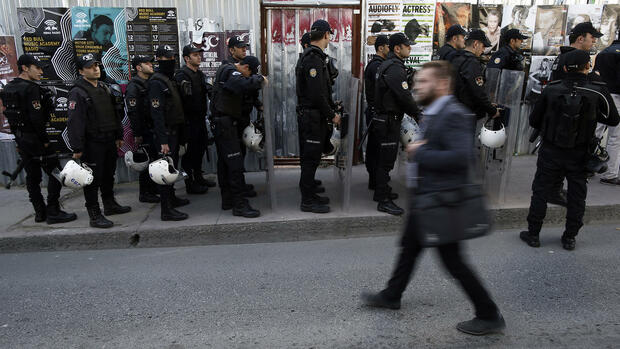 Riot police stationed near the headquarters of Cumhuriyet after Turkish police detained the chief editor and at least eight senior staff of Turkey's opposition Cumhuriyet newspaper in Istanbul, Monday, Oct. 31, 2016, amid growing fears over Turkey's widening crackdown on dissenting voices. (AP Photo/Emrah Gurel) Quelle: AP