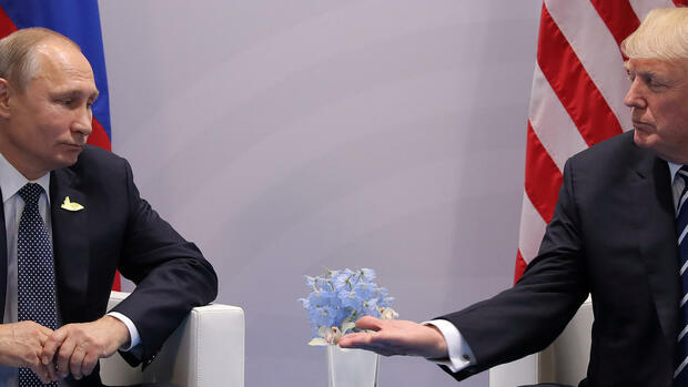 U.S. President Donald Trump meets with Russian President Vladimir Putin during their bilateral meeting at the G20 summit in Hamburg, Germany July 7, 2017. REUTERS/Carlos Barria Quelle: Reuters