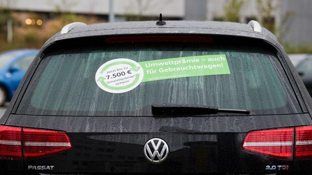 58dfddf0e4 Ein gebrauchter Volkswagen Passat steht bei einem Händler für Jahres- und  Gebrauchtwagen. Quelle