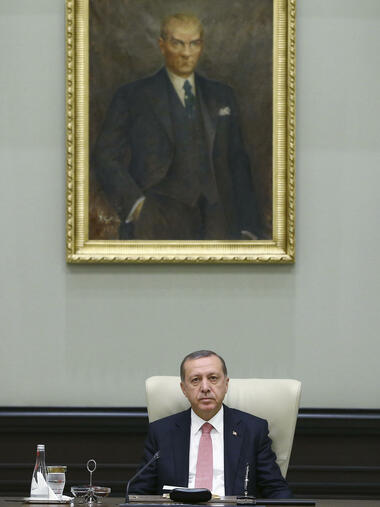 Under a portrait of Turkish Republic founder Mustafa Kemal Ataturk, Turkey's President Recep Tayyip Erdogan chairs the cabinet meeting, in Ankara, Turkey, Monday, July 25, 2016. Turkey on Monday issued warrants for the detention of 42 journalists suspected of links to the alleged organizers of a failed military uprising, intensifying concerns that a sweeping crackdown on alleged coup plotters could target media for any news coverage critical of the government. (Presidential Press Service, Pool via AP) Quelle: AP