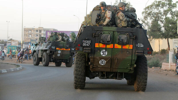 French troops in two armored personnel carriers drive through Mali's capital Bamako on the road to Mopti. Quelle: dapd