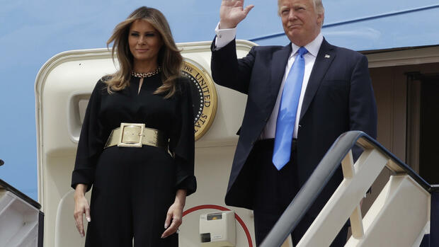 US-Präsident Donald Trump und First Lady Melania Trump verlassen am King Khalid International Airport in Riad  die Air Force One. Quelle: dpa