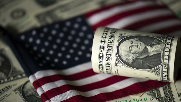 US-Dollar auf US-Flagge Quelle: dpa