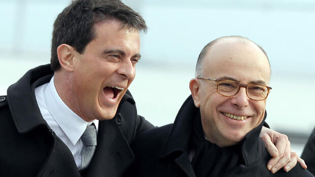 "(FILES) This file photo taken on February 13, 2015 shows French Prime minister Manuel Valls (L) sharing a laugh with Interior minister Bernard Cazeneuve as they walk near the ""Pont de Normandie"" bridge in Honfleur, as part of a one day official visit in Normandy. Bernard Cazeneuve was named French Prime minister on December 6, 2016 after Manuel Valls' resignation / AFP PHOTO / CHARLY TRIBALLEAU Quelle: AFP; Files; Francois Guillot"