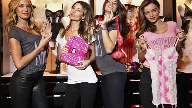 Victoria's Secret Angels (L-R) Candice Swanepoel, Lily Aldridge, Adriana Lima and Miranda Kerr pose during a photo opportunity for the 2012 Holiday sale Quelle: REUTERS