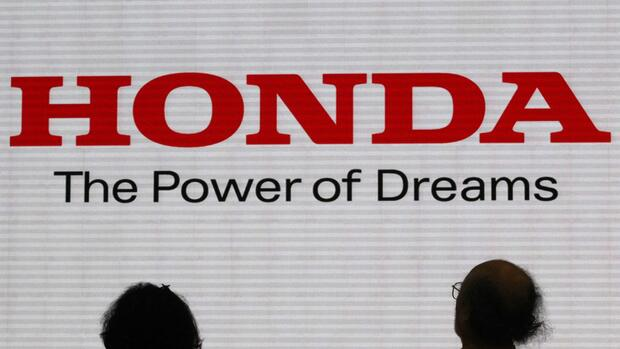 Visitors are silhouetted against a Logo of the Honda Motor at the company showroom in Tokyo Quelle: REUTERS