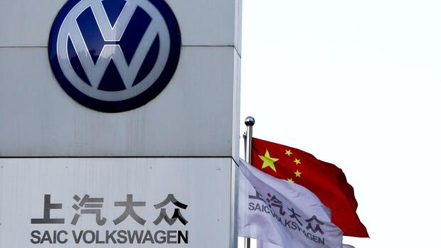 VW will Milliarden in Elektro-Offensive in China investieren Quelle: dpa