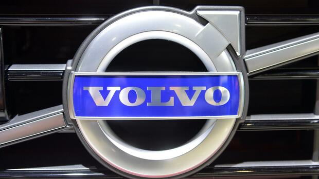 FILE - The Volvo logo at the North American International Auto Show (NAIAS) at Cobo Center Detroit in Detroit, USA, 14 January 2014. NAIAS will run from 13 till 26 January 2014. Photo: ULI DECK/DPA (zu dpa: