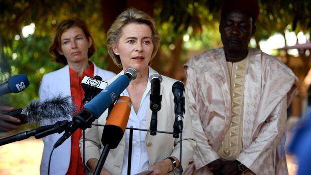 Von der Leyen überreicht Niger Fahrzeuge und Telefone
