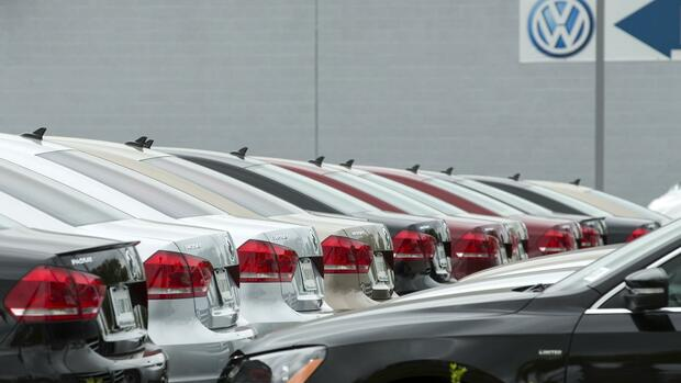 An assortment of Volkswagen Passat vehicles sit for sale at a Volkswagen dealership in San Diego, California, September 21, 2015. Lawmakers on a panel in the House of Representatives will hold a hearing on Volkswagen's emissions from diesel vehicles in coming weeks, lawmakers said on Monday. The House Oversight and Investigations subcommittee will hold a hearing on Volkswagen's issues with diesel cars sold in the United States from 2008 to 2015. The Environmental Protection Agency on Friday accused Volkswagen of including software in the diesel vehicles that allowed them to emit pollutants above legal limits pollutants while on the road, but reduced the pollution during emissions tests. REUTERS/Mike Blake Quelle: Reuters