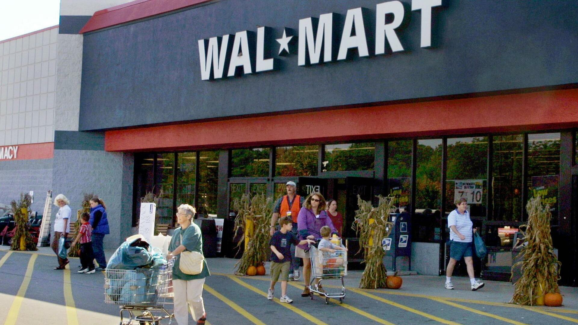 FILE--Shoppers leave a Wal-Mart store in Scarborough, Maine, Quelle: AP
