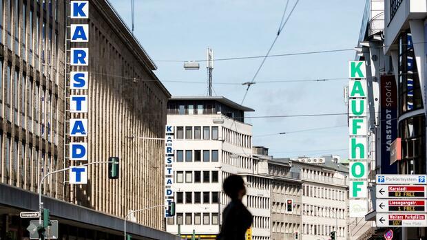 7e8e3de4ee Filialen von Karstadt und Galeria Kaufhof liegen sich an einer Straße in  Düsseldorf gegenüber. Quelle