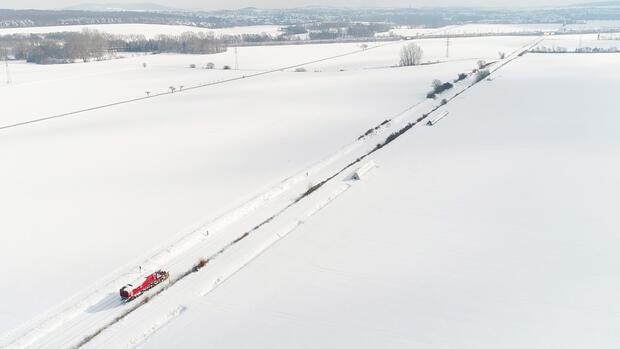 Eine Schneeschleuder der Deutschen Bahn befreit die Zugstrecke Braunschweig - Wolfenbüttel von Schneemassen. Quelle: dpa