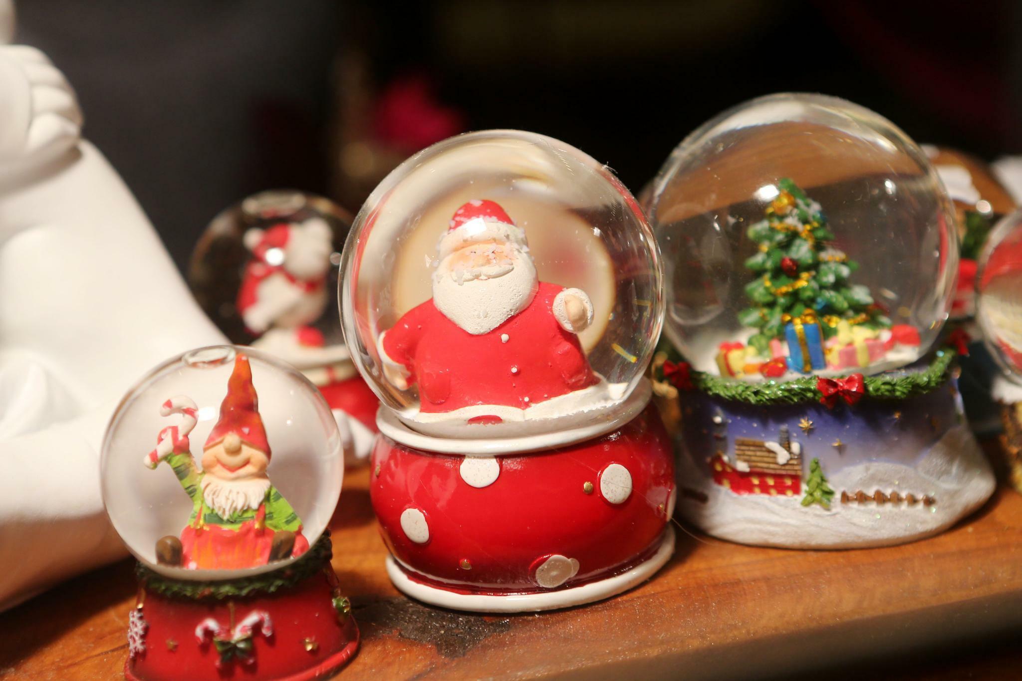 Weihnachts-Saison-Start: Schneekugel-Shopping bei T-Shirt-Wetter