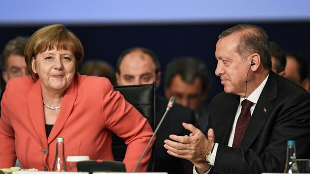 epa05325037 Turkish President Recep Tayyip Erdogan (R) and German Chancellor Angela Merkel (L) attend the World Humanitarian Summit, in Istanbul, Turkey, 23 May 2016. World leaders meet on 23 and 24 May 2016 in Istanbul for an inaugurational summit on common humanity and to prevent and reduce human suffering. EPA/OZAN KOSE / POOL +++(c) dpa - Bildfunk+++ Quelle: dpa