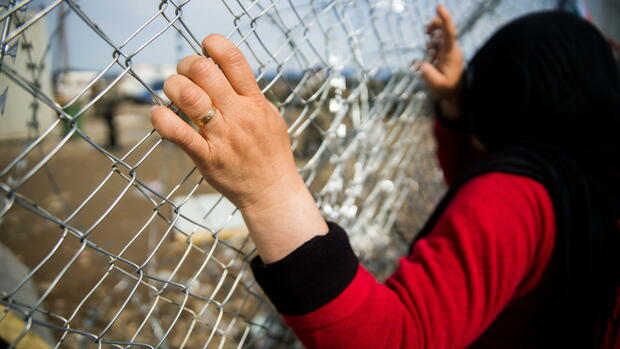 epa05201837 A migrant woman stands at the fence in the refugee camp of Idomeni, near the Greek border with Macedonia, in northern Greece, 08 March 2016. Thousands of people remained stranded in the refugee camp at Idomeni, on the Greek border with Macedonia, hours after the European Union and Turkey failed to reach agreement on resolving the migration crisis. Around 1,000 people are expected to disembark 08 March in the Athens' port of Piraeus and to continue north, toward Idomeni. EPA/Zoltan Balogh HUNGARY OUT +++(c) dpa - Bildfunk+++ Quelle: dpa