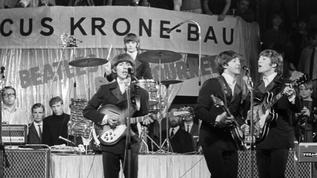 "The Beatles: TaxmanDer von George Harrison (links) komponierte Eröffnungssong des Beatles-Albums ""Revolver"" (1966) war eine offene Kritik an den hohen Steuern der damaligen britischen Labour-Regierung unter ""Taxman"" Harold Wilson: ""If you drive a car, I'll tax the street. If you try to sit, I'll tax your seat. If you get too cold I'll tax the heat. If you take a walk, I'll tax your feet"" Das Thema hat natürlich nie an Aktualität verloren, oder wie Harrison einmal sagte: ""There's always a taxman"".   Quelle: dpa"